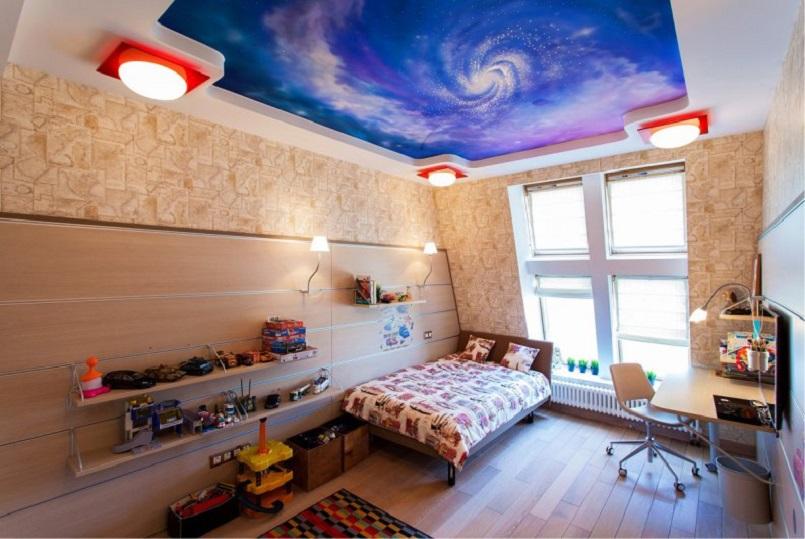 Двухуровневый-потолок-звездное-небо-в-интерьере-детской